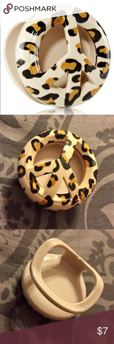 Bath & Body Works Cheetah car air freshener This has been used. This is a Bath and Body Works Cheetah Scentportable Visor Clip. You can use it with your favorite scentportable refill!! Feel free to bundle!!!!! Accessories Sunglasses