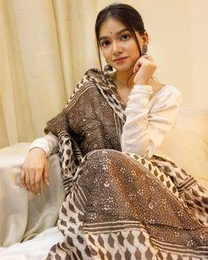 Simple Pakistani Dresses, Pakistani Fashion Casual, Indian Bridal Fashion, Indian Wedding Outfits, Designer Party Wear Dresses, Kurti Designs Party Wear, Indian Designer Outfits, Lehenga Designs, Traditional Fashion