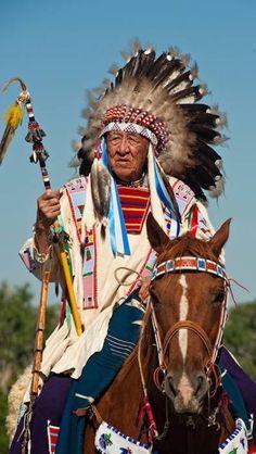 Crow Elder, Newton Old Crow, Crow Fair, Crow Indian Reservation, Montana➳ʈɦuɲɖҽɽwσℓʄ➳ Native American Face Paint, Native American Horses, American Crow, Native American Pictures, Native American Beauty, American Indian Art, Native American History, American Indians, American Symbols