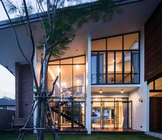 Located in Bangkok, Thailand, the gorgeous Lobster House by Puchong Satirapipatkul is a sprawling residence that showcases distinctive architecture outside and Bungalow House Design, Modern House Design, Lobster House, Thai House, Tropical Architecture, Loft House, Modern Loft, Inside Design, House Windows