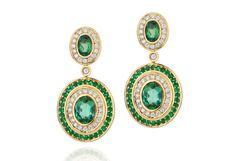 Brincos em ouro amarelo 18K com diamantes, esmeraldas e turmalina verde ao centro, Priscila do Vale (R$ 15.900) - Foto: divulgação