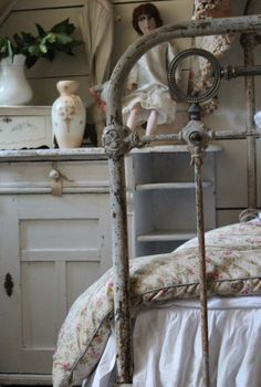 A touch of rustic glamour .maybe for a cottage tucked in the woods somewhere ☺ Shabby Chic Interiors, Shabby Chic Bedrooms, Bedroom Vintage, Shabby Chic Decor, Vintage Decor, Beach Bedrooms, Swedish Interiors, Farmhouse Bedrooms, White Cottage