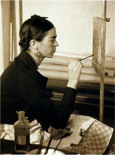 """Frida Kahlo pintando """"Autorretrato en la frontera entre México y los Estados Unidos"""". Fotografía de W.J. Stettler, 1932"""