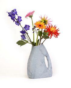 Convierte el envase del detergente en un original florero.