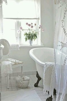Love the romantic, feminine and vintage style of shabby chic look? Here we have some interesting shabby chic bathrooms to inspire you. Browse through all these stunning and charming ideas and get s… Baños Shabby Chic, Shabby Chic Kitchen, Shabby Chic Furniture, Shabby Vintage, Distressed Furniture, Vintage Modern, Vintage Pins, White Cottage, Cottage Bath