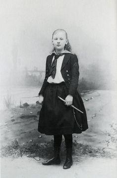 Koningin Wilhelmina in cadettenkostuum, 23-02-1892. Fotograaf: Adolphe Zimmermans, Den Haag. Koninklijke Verzamelingen, Den Haag