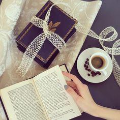 Filiżanka aromatycznej kawy, papier do pakowania prezentów, ażurowa wstążka. Chwila relaksu :) @plastiflora