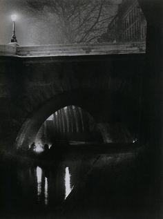 Brassaï – Clochards quai des Orfèvres, Paris, vers 1930 | shadedbower