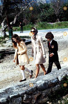 Jacqueline Kennedy Onassis with Children Caroline and John Jr on Vacation. Photo: / Ipol / Globe Photos, Inc. 1970 Jacquelinekenndeyonassisretro