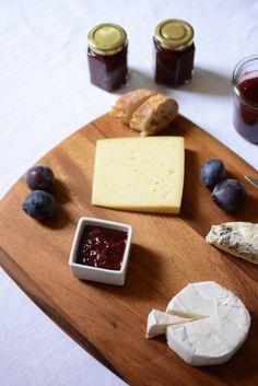 Food: Eat Seasonal – Zwetschken-Chutney - we love handmade Eat Seasonal, My Recipes, Low Carb, Cheese, Seasons, Cooking, Handmade, Food, Chutney Recipes