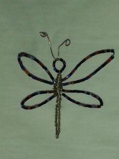 libélula de alambre y abalorios de cristal. Diseño propio (Rosa Blanca)
