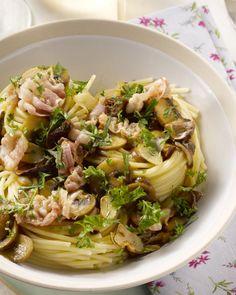 Een heerlijk herfstige pasta, deze spaghetti met gedroogde en verse champignons en krokant gebakken pancetta.