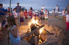 Per bambini, un falò sulla spiaggia per arrostire marsh mallows #bambini #spiaggia #mare #marshmallow #divertimenti #mondofantastico  http://www.mondofantastico.com/divertimenti-al-mare-fare-un-falo-sulla-spiaggia/