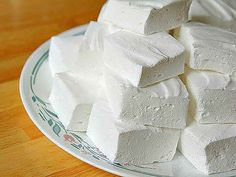 HOMEMADE MARSHMALLOW (Dessert recipes, Recipes low calorie ) Low-calorie dessert that contains only 80 calories per 100 g, easy to cook by yourself. Besides that this sweetness will not harm the figure, it is also insanely delicious! How To Make Marshmallows, Recipes With Marshmallows, Homemade Marshmallows, Homemade Desserts, Comida Kosher, Marshmallow Test, Good Food, Yummy Food, Russian Recipes