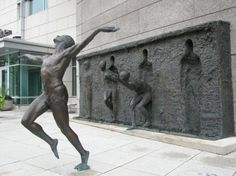 Freedom è l'opera bronzea realizzata daZenos Frudakis, davanti agli ufficidella GlaxoSmithKline a Philadelphia. Una sequenza mostra l'individuo...
