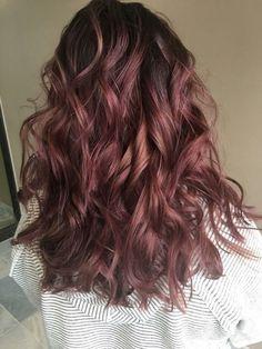 Colore capelli 2018: il dark mauve è la tendenza top per le castane