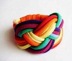 Szivárvány textilkarkötő  Textilkarkötő a szivárvány színeiben, lágy vonalakkal, az újrahasznosítás jegyében.