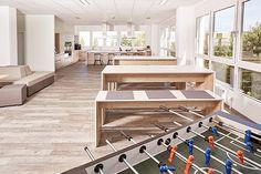Kicker in der Cafeteria - Abschalten in der Pause gelingt mit ein paar Runden Tischfußball. Die Cafeteria bietet aber auch ein großes Loungesofa und Gruppentische Kicker, Lounge, Uk 5, Pause, Modern, Collections, Urban, Design, Furniture