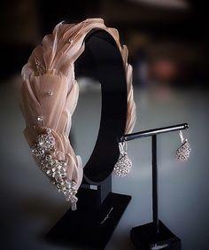 Tocado plumas 2019 - Tuh Old Wedding Hair Accessories, Jewelry Accessories, Fashion Accessories, Fascinator Headband, Fascinators, Headpieces, Bijou Box, Fancy Hats, Wedding Headband