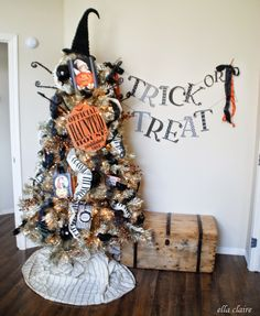 I wanna do this!!!!!!!!! a HALLOWEEN TREE!!!!!!!!!  EEK!!!!!! {Ella Claire}: My Fall Home Tour