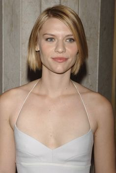 Claire Danes, the American TV and Film actress currently staring in the award winning Homeland series is renowned for her glossy blonde locks seen here with natural waves. Claire Danes, Low Cut Dresses, Hair A, Celebs, Celebrities, Purple Hair, Fine Hair, Girls Eyes, Celebrity Pictures