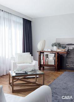 Uma sala, duas decorações: estilo navy e natural chique - Casa Sala Navy, Estilo Navy, Pelmets, Interior Decorating, Interior Design, Condo, Minimalist, Curtains, Living Room