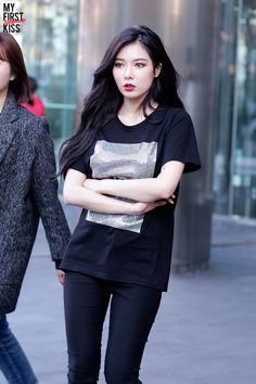 Square Shape Top with Black Pants Fashion of Kim Hyuna