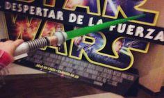 STAR WARS MIDNIGHT PREMIERE.Medianoche, desde 13añeros a cincuentones con alguna señal visible de merchandising Star Wars. Un suspiro simultáneo en todo al teatro al ver el logo de Lucasfilm en una...