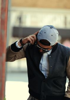 Un teddy suédé avec un contraste de couleur subtil porté avec une chemise col boutonnée plus habillée - JAMAIS VULGAIRE, blog mode homme, magazine et relooking online