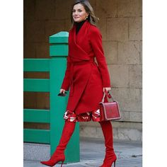 El día que la reina Letizia arriesgó con una de las tendencias de 2017 y se atrevió con las botas mosqueteros rojas. Te contamos todos los detalles en ELLE.es (link en bio ) #reinaletizia #totalred #botasmosqueteras #tendencias via ELLE SPAIN MAGAZINE OFFICIAL INSTAGRAM - Fashion Campaigns  Haute Couture  Advertising  Editorial Photography  Magazine Cover Designs  Supermodels  Runway Models