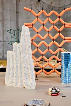 Display structure inspiration for Experience - envisions sanne schuurman Tomie Ohtake, Art Object, Retail Design, Oeuvre D'art, Installation Art, Textures Patterns, Textile Art, Sculpture Art, Contemporary Art