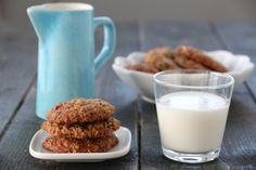MYKE HAVRECOOKIES MED VALNØTTER OG TRANEBÆR Sweet Recipes, Glass Of Milk, Biscuits, Cookies, Baking, Food, Baking Soda, Crack Crackers, Crack Crackers