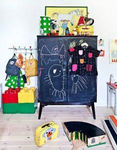 Si no tienes espacio en la habitacion de  tu hijo/a una magnífica idea es forrar con pizarra adhesiva las puertas del armario.