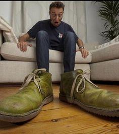 Grâce à la perspective, cet homme à l'air de posséder des chaussures dix fois trop grandes pour lui