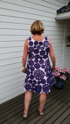 Heklede brikker på sydd kjole