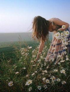 Enfeite-se com margaridas e ternuras E escove a alma com flores Com leves fricções de esperança De alma escovada e coração acelerado Saia do quintal de si mesmo E descubra o próprio jardim...  Artur da