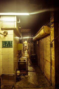 go deep + drift + forget about good + slow down Urban Photography, Street Photography, Arte Cyberpunk, Cyberpunk City, Photo Portrait, Environment Concept Art, Slums, Shadowrun, Photos