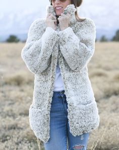 You've seen the faux fur coats all over the stores, so of course we want to make our own, right? This fur coat, or teddy bear coat, is easy and quick to Crochet Coat, Crochet Cardigan, Crochet Clothes, Crochet Sweaters, Crochet Jacket, Crochet Vests, Crochet Fringe, Crochet Winter, Bear Jacket