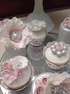Wedding Cupcakes Pretty Cupcakes, Sweet Cupcakes, Yummy Cupcakes, Cupcake Cookies, Cupcakes Flores, Flower Cupcakes, Wedding Cupcakes, Shabby Chic Cupcakes, Luxury Cake