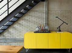 Móvel buffet amarelo lindo em destaque no loft da @gabrielapugliesi  É amarelo, o AH! não deixa passar, perfeito!! By @diegorevollo  Boa noite!! #ahlaemcasa #movelbuffet #móvelamarelo #detalhes #estiloindustrial #tijolinho