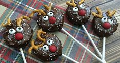 Holiday Reindeer Oreo Pops Recipe These reindeer Oreo cookie pops are absolutely adorable, so they are always a hit at holiday parties. You can even wrap them up to give as gifts. Oreo Pops, Oreo Cookie Pops, Oreo Cookies, Chocolate Drip, Melting Chocolate Chips, Reindeer Cookies, Holiday Cookies, Christmas No Bake Treats, Holiday Treats