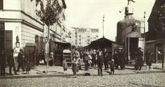 Wejście na Bazar Różyckiego od strony Targowej w okresie I Wojny Światowej. Widoczny kiosk w kształcie gigantycznego syfonu,  w którym można było nabyć wodę. fot.źr. domena publiczna