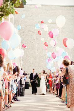 Salida de la recepción de boda con una suelta de globos. 32 Propuestas de Decoración de Bodas con Globos. Foto: allisondavisphotography.com