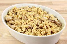 Kog pastaen.<br /> <BR> Skær kyllingefiletterne ud i tern og steg dem på en pande i krydderierne. Rist bacon til det er næsten færdigt.<br /> Bland den kogte pasta med kylling og bacon i et ildfast