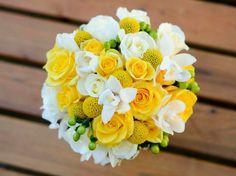 runder Brautstrauß, gelbe und weiße Rosen, Hochzeitsblumen, Ideen für Hochzeitsstrauß