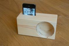 Support pour iPhone avec amplification du son fabriqué à partir de deux petites planches de sapin. Réalisation détaillée (et nombreuses photos) sur mon blog : http://www.travaillerlebois.com/un-amplificateur-de-son-pour-smartphone/ Ce...