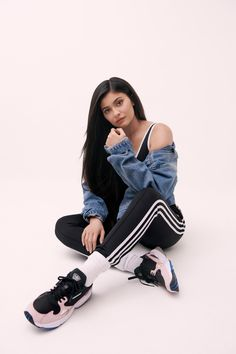 Kylie Jenner joins her sister Kendall as a new brand ambassador for Adidas. For her first campaign, Kylie poses in the Adidas Originals 'Falcon' sneaker which… Kris Jenner, Mode Kylie Jenner, Kylie Jenner Fotos, Trajes Kylie Jenner, Estilo Kylie Jenner, Robert Kardashian, Khloe Kardashian, Kardashian Kollection, Kylie Jenner Outfits
