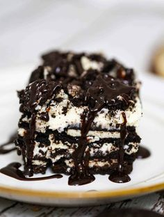 This no bake Oreo dessert is so amazing, light and fluffy and loaded with Oreo cookies aplenty! This is one of those desserts no one can ever resist Fluffy Cheesecake, Carrot Cake Cheesecake, Cheesecake Desserts, Bbq Desserts, Cookie Desserts, Delicious Desserts, Oreo Cookies, Oreo Layer Dessert, No Bake Oreo Dessert
