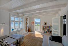 1 etg.:hall, 2 delt stue og kjøkken. 2 etg.:gang, bad og 3 soverom. Kjeller: bod og 2 kjellerrom med lav takhøyde. Norge.