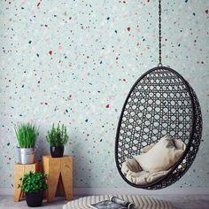 La décoration de printemps en vert menthe avec un mur terrazzo et granito mais surtout un coin cocon dans un fauteuil suspendu effet dentelle en rotin noir...